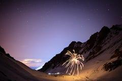 Πυροτεχνήματα σε μια χειμερινή νύχτα στα βουνά Στοκ Φωτογραφίες