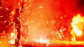 Πυροτεχνήματα στην απόδοση πυρκαγιά-επίδειξης παραλιών τη νύχτα φιλμ μικρού μήκους