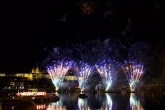 Πυροτεχνήματα στη νύχτα στο κέντρο της Πράγας Στοκ Φωτογραφίες