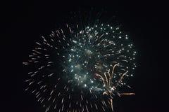 Πυροτεχνήματα στη σκοτεινή νύχτα Στοκ Εικόνες