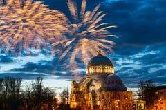 Πυροτεχνήματα στον ουρανό επάνω από το θόλο του καθεδρικού ναού του Άγιου Βασίλη σε Kronstadt, Αγία Πετρούπολη στοκ φωτογραφίες