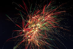 Πυροτεχνήματα στον ουρανό της νύχτας Στοκ φωτογραφία με δικαίωμα ελεύθερης χρήσης