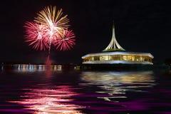 Πυροτεχνήματα στο μαύρο υπόβαθρο ουρανού με την αντανάκλαση στο νερό α Στοκ Εικόνες