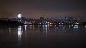 πυροτεχνήματα στο νυχτερινό ουρανό πέρα από την πόλη απόθεμα βίντεο