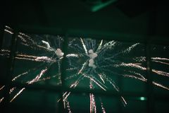 Πυροτεχνήματα στο νυχτερινό ουρανό Πολύχρωμα πυροτεχνήματα τη νύχτα στοκ εικόνα