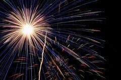 Πυροτεχνήματα στο νυχτερινό ουρανό Στοκ Εικόνα