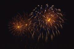 Πυροτεχνήματα στο νυχτερινό ουρανό Στοκ Φωτογραφίες