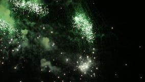 Πυροτεχνήματα στο νυχτερινό ουρανό απόθεμα βίντεο