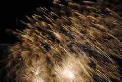 Πυροτεχνήματα στο νυχτερινό ουρανό Στοκ φωτογραφίες με δικαίωμα ελεύθερης χρήσης