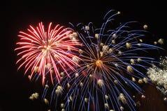 Πυροτεχνήματα στο νυχτερινό ουρανό Στοκ Φωτογραφία