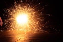 Πυροτεχνήματα στο σκοτάδι όμορφο Στοκ Εικόνες
