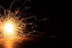 Πυροτεχνήματα στο σκοτάδι όμορφο Στοκ Φωτογραφία