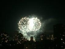Πυροτεχνήματα τη νύχτα πέρα από τα κτήρια στοκ φωτογραφία