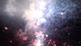Πυροτεχνήματα, φλόγες, πύραυλοι, εκρηκτικές ύλες, εορτασμοί, νύχτα απόθεμα βίντεο