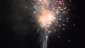 Πυροτεχνήματα, φλόγες, πύραυλοι, εκρηκτικές ύλες, εορτασμοί, νύχτα φιλμ μικρού μήκους