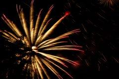 Πυροτεχνήματα, χαιρετισμός στο νυχτερινό ουρανό στοκ εικόνες με δικαίωμα ελεύθερης χρήσης