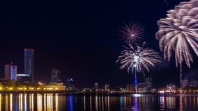 Πυροτεχνήματα timelapse κατά τη διάρκεια του καλοκαιριού Yekaterinburg λιμνών πόλεων απόθεμα βίντεο