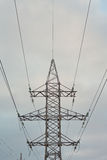 Πυλώνας ηλεκτρικής ενέργειας ενάντια στον ουρανό Στοκ Εικόνες