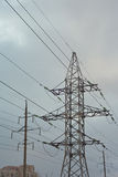 Πυλώνας ηλεκτρικής ενέργειας ενάντια στον ουρανό Στοκ Φωτογραφίες