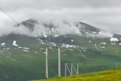 Πυλώνας ηλεκτρικής ενέργειας πύργων μετάδοσης ή πύργων δύναμης στα βουνά Στοκ Φωτογραφίες