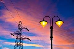 Πυλώνας και streetlamp ηλεκτρικής ενέργειας στο ηλιοβασίλεμα Στοκ Εικόνα