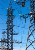 Πυλώνες ηλεκτρικής ενέργειας στο πεδίο κριθαριού Στοκ Εικόνες