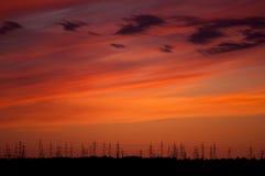 Πυλώνες ηλεκτρικής ενέργειας στο πεδίο κριθαριού Στοκ Φωτογραφία