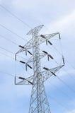 Πυλώνες υψηλής τάσης και ηλεκτροφόρα καλώδια στο σταθμό παραγωγής ηλεκτρικού ρεύματος Στοκ Εικόνες