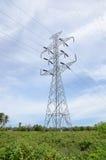 Πυλώνες υψηλής τάσης και ηλεκτροφόρα καλώδια στο σταθμό παραγωγής ηλεκτρικού ρεύματος Στοκ εικόνα με δικαίωμα ελεύθερης χρήσης