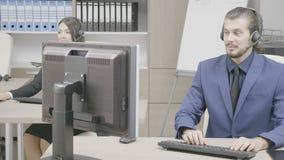 Πωλήσεις που εμπορεύονται την ομάδα στο γραφείο που μιλά στο σύνολο ακουστικών φιλμ μικρού μήκους