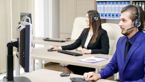 Πωλήσεις που εμπορεύονται την ομάδα στο γραφείο που μιλά στο σύνολο ακουστικών απόθεμα βίντεο