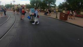 Πωλήτρια της Disney, που περπατά και που χορεύει με τη φυσαλίδα στο μαγικό βασίλειο απόθεμα βίντεο