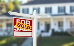 Πωλημένο σπίτι για το σημάδι ακίνητων περιουσιών πώλησης μπροστά από όμορφο νέο Ho στοκ φωτογραφίες με δικαίωμα ελεύθερης χρήσης