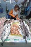 πωλητής αγοράς ψαριών Στοκ φωτογραφίες με δικαίωμα ελεύθερης χρήσης
