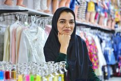 Πωλητής γυναικών των χαμόγελων νερού τουαλετών στο φωτογράφο, Shiraz, IR Στοκ εικόνες με δικαίωμα ελεύθερης χρήσης