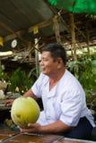 Πωλητής καρύδων να επιπλεύσει Damnoen Saduak στην αγορά, Ταϊλάνδη Στοκ Εικόνα