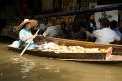Πωλητής μάγκο και τουρίστας να επιπλεύσει Damnoen Saduak στην αγορά, Ταϊλάνδη Στοκ εικόνα με δικαίωμα ελεύθερης χρήσης