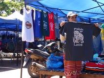 Πωλητής μπλουζών ` s στην υπαίθρια αγορά, Luang Prabang, Λάος Στοκ φωτογραφία με δικαίωμα ελεύθερης χρήσης