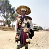 Πωλητής νερού στον παραδοσιακό ιματισμό στοκ φωτογραφία