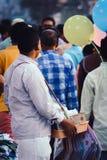 Πωλητής οδών που εξετάζει λαοί Charminar Hyderabad Ινδία Στοκ Εικόνα