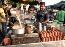 Πωλητής οδών που κατασκευάζει το τσάι στοκ εικόνες
