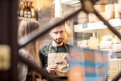 Πωλητής τυριών με έναν πελάτη Στοκ φωτογραφία με δικαίωμα ελεύθερης χρήσης