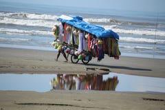 Πωλητής των ενδυμάτων στην παραλία της βραζιλιάνας ακτής στοκ φωτογραφίες