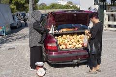 Πωλώντας από τον κορμό του αυτοκινήτου της εβδομαδιαίος δίκαιος και bazar στην Αθήνα, Ελλάδα στοκ φωτογραφία με δικαίωμα ελεύθερης χρήσης