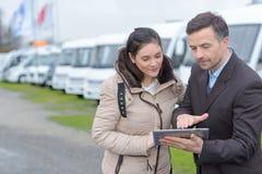 Πωλώντας αυτοκίνητο στρατοπέδευσης ανδρών στη γυναίκα στοκ εικόνα με δικαίωμα ελεύθερης χρήσης