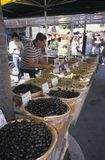 Πωλώντας ελιές ατόμων στην τοπική αγορά, Προβηγκία, νότιο φράγκο στοκ φωτογραφίες με δικαίωμα ελεύθερης χρήσης