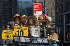 Πωλώντας καπέλα μεταξύ των ουρανοξυστών Στοκ φωτογραφία με δικαίωμα ελεύθερης χρήσης