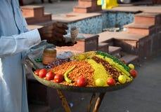 Πωλώντας καρυκεύματα και λαχανικά ατόμων Στοκ Εικόνες