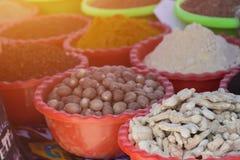 Πωλώντας καρυκεύματα Σωροί των ζωηρόχρωμων καρυκευμάτων Καρύκευμα Bazaar, του Ουζμπεκιστάν καρυκεύματα για την πώληση χρωματισμέν Στοκ φωτογραφία με δικαίωμα ελεύθερης χρήσης