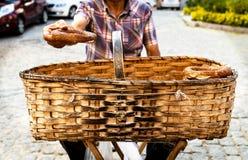 Πωλώντας simit ψωμί πλανόδιων πωλητών με τους σπόρους σουσαμιού στο καλάθι στοκ φωτογραφία με δικαίωμα ελεύθερης χρήσης